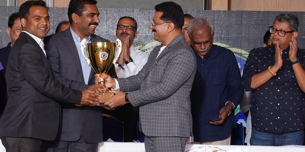 മികച്ച സംഘടനക്കുള്ള അവാര്ഡ് മങ്ക മുന് പ്രസിഡന്റ് സജന് മൂലേപ്ലാക്കല്, സുനില് വര്ഗീസ് ഏറ്റുവാങ്ങി