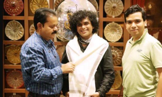 സുഭാഷ് സിംഗിനെ ശ്രീ ദാദാ സാഹിബ് ഫാല്ക്കെ ഇന്റര്നാഷണല് ഫിലിം അവാര്ഡ് ഫെസ്റ്റിവലില് മികച്ച മേക്കപ്പ് ആര്ട്ടിസ്റ്റ് ആയി തെരഞ്ഞെടുത്തു